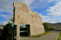 北淡震災記念公園。神戸長田の防火壁が移築。